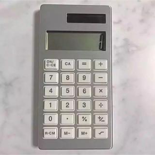 シンプルなデザインの電卓 シルバー(オフィス用品一般)