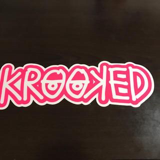 クルキッド(KROOKED)の【縦7.5cm横24cm】krooked ステッカー(ステッカー)