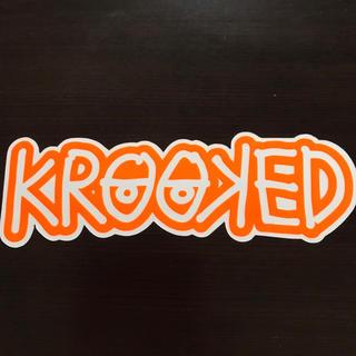 クルキッド(KROOKED)の【縦7.5cm横24cm】krooked ステッカー 大 (ステッカー)