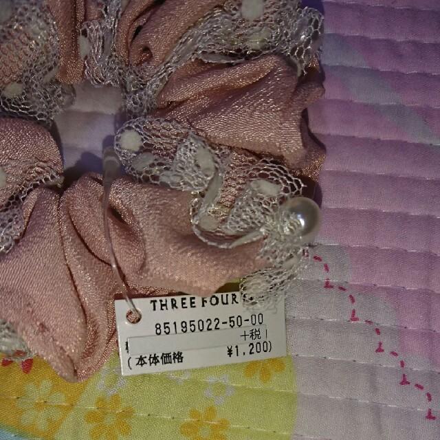 ThreeFourTime(スリーフォータイム)の【新品未使用】スリーフォータイム ピンクパールのエレガントシュシュ レディースのヘアアクセサリー(ヘアゴム/シュシュ)の商品写真
