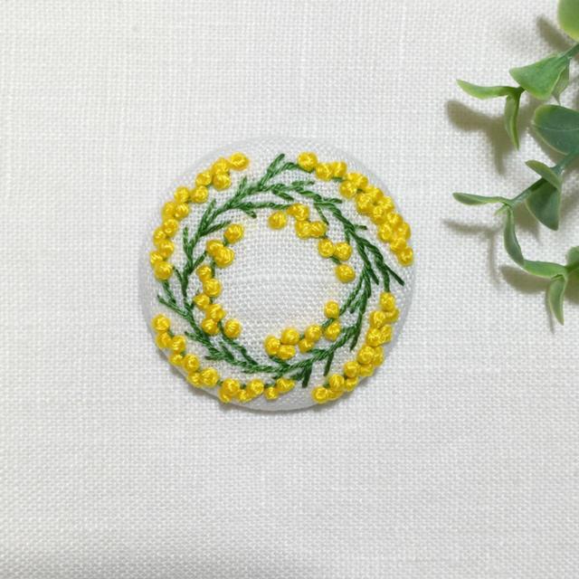 [mieee様専用] 刺繍ブローチ ミモザリース  白地 レディースのアクセサリー(ブローチ/コサージュ)の商品写真