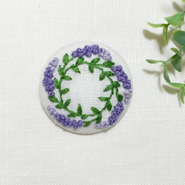 刺繍ブローチ ラベンダーリース 白地 レディースのアクセサリー(ブローチ/コサージュ)の商品写真