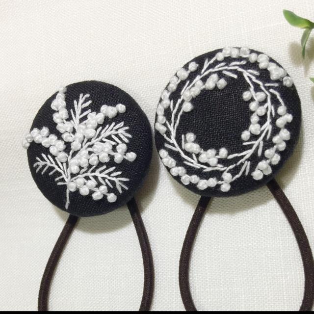 [denden様専用]刺繍ヘアゴム  ミモザ一枝 黒地 レディースのヘアアクセサリー(ヘアゴム/シュシュ)の商品写真