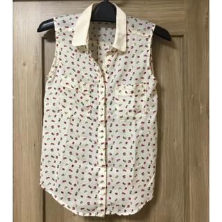 ジーユー(GU)のノースリーブシャツ フルーツ柄 美品(シャツ/ブラウス(半袖/袖なし))