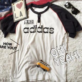 アディダス(adidas)のadidas ラグランボタンつきワッペンTシャツ半袖 個性派古着スポーツ(Tシャツ/カットソー(半袖/袖なし))