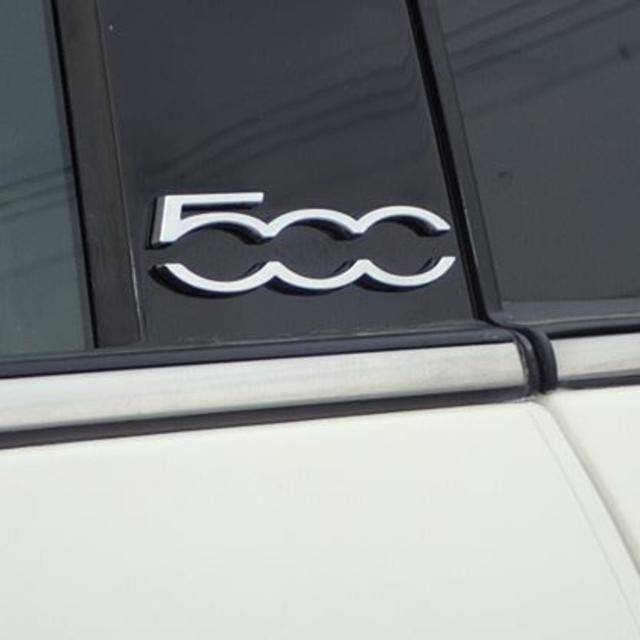 【新品、希少】FIAT 500 フィアット 60周年記念 エンブレム 2個セット 自動車/バイクの自動車(車種別パーツ)の商品写真