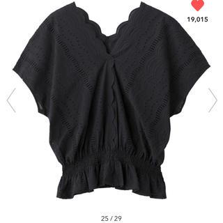 ジーユー(GU)のGU スカラップレースVネックブラウス(半袖) ブラック s(シャツ/ブラウス(半袖/袖なし))