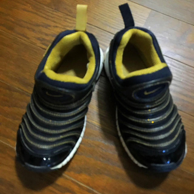 NIKE(ナイキ)のNIKE 17㎝ 黒×ゴールド キッズ/ベビー/マタニティのキッズ靴/シューズ (15cm~)(スニーカー)の商品写真