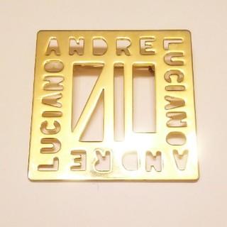 アンドレルチアーノ(ANDRE LUCIANO)の■ アンドレルチアーノ 型付 ロゴ入り 大きめ ゴールド ブローチ エレガント(ブローチ/コサージュ)