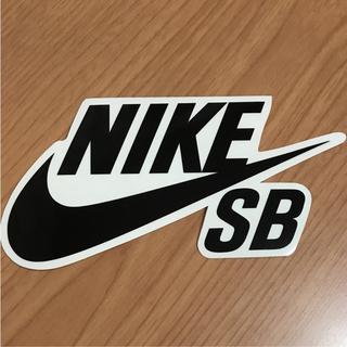 ナイキ(NIKE)の【縦8cm横15cm】NIKE SB ステッカー ブラック(ステッカー)