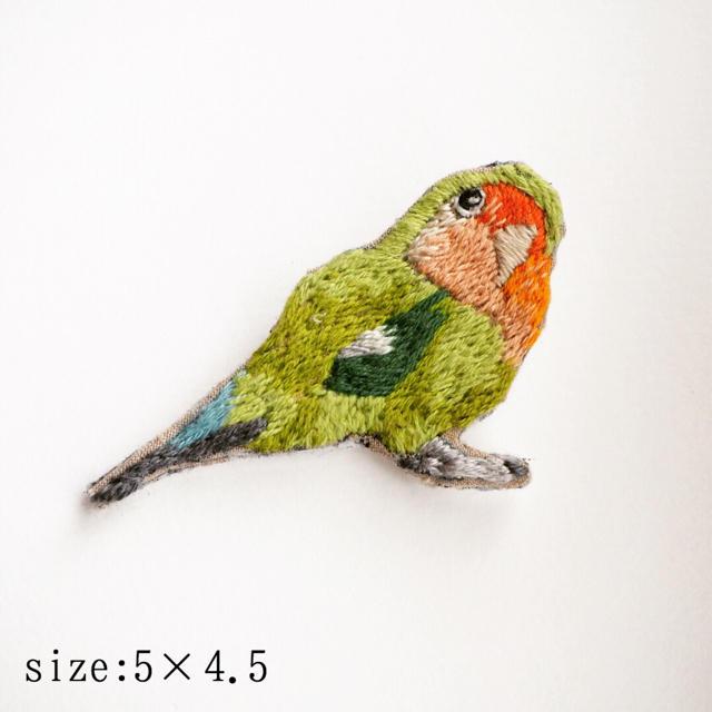 コザクラインコの刺繍ブローチ ハンドメイドのアクセサリー(コサージュ/ブローチ)の商品写真
