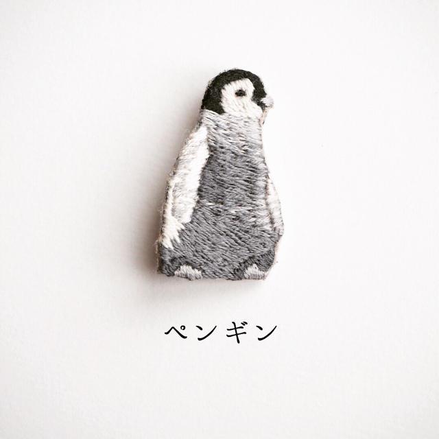 ペンギンの刺繍ブローチ ハンドメイドのアクセサリー(コサージュ/ブローチ)の商品写真
