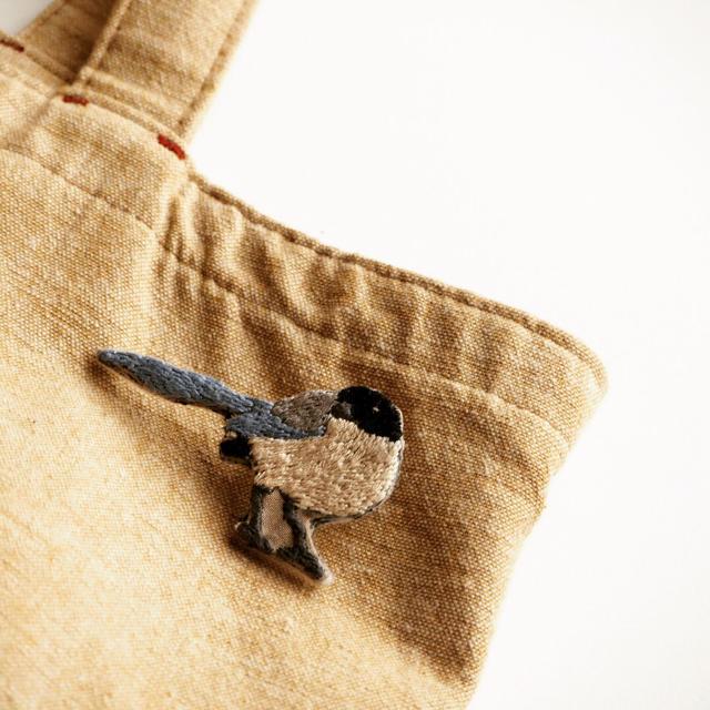 オナガの刺繍ブローチ ハンドメイドのアクセサリー(コサージュ/ブローチ)の商品写真