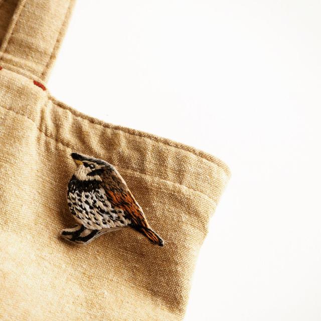 ツグミの刺繍ブローチ ハンドメイドのアクセサリー(コサージュ/ブローチ)の商品写真