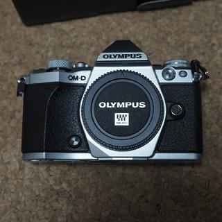 オリンパス(OLYMPUS)のオリンパス E-M5 mark II ボディ シルバー(ミラーレス一眼)