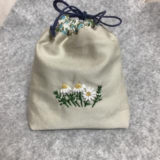 巾着 カモミール&みつばち 手刺繍 13×12㎝ ハンドメイド(ポーチ)