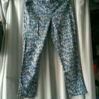 シマムラ(しまむら)の青い小花柄のレギンスパンツ(カジュアルパンツ)