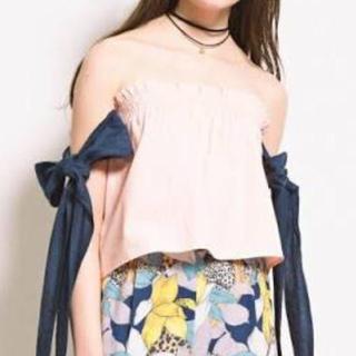リリーブラウン(Lily Brown)のリボン付きオフショルトップス(カットソー(半袖/袖なし))