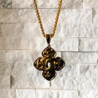 シャネルのダイヤ型CHANELマーク ネックレス ゴールド