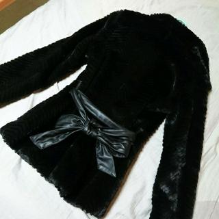 エイチアンドエム(H&M)のH&M ファーコート ブラック 黒 レザー 合皮 リボン カジュアル 美品(毛皮/ファーコート)