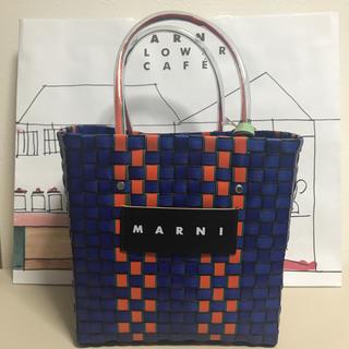 マルニ(Marni)のラス1 新品 マルニ フラワー カフェ 限定 ネイビー ミニ ピクニック バッグ(かごバッグ/ストローバッグ)