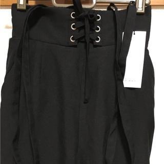 シマムラ(しまむら)の新品タグ付☆サスペンダー付きサイドラインパンツ~ブラック(カジュアルパンツ)