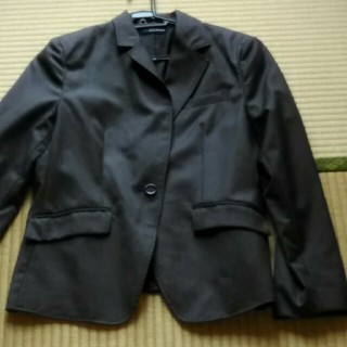 濃いグレーのジャケット(テーラードジャケット)