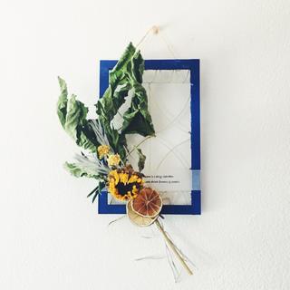 サントリーニブルーの窓枠とひまわりスワッグの壁飾り(ドライフラワー)