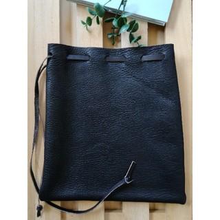 革の巾着袋(中) 黒 シンプルDesign (ポーチ)