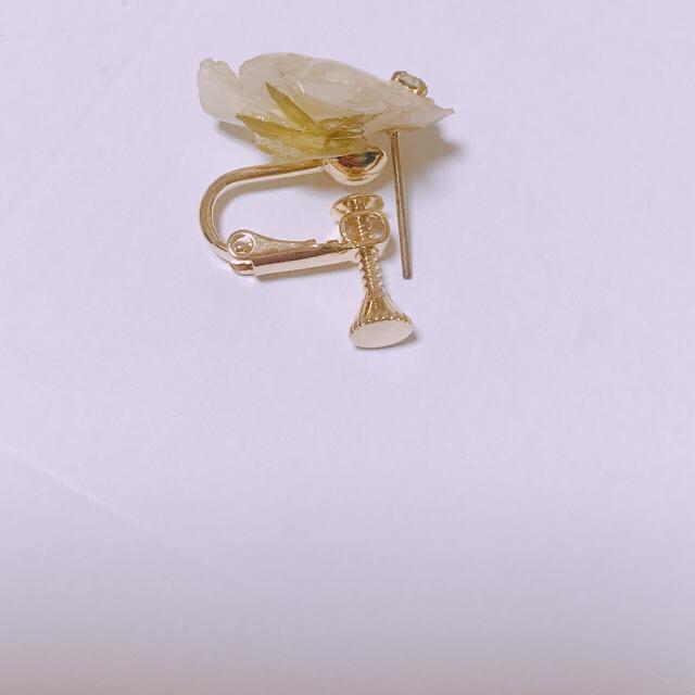 ホワイトビオラピアス ハンドメイドのアクセサリー(ピアス)の商品写真