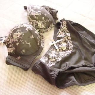トリンプ(Triumph)の303新品♪トリンプ♪花柄刺繍ブラジャー&ショーツセットA75/L茶系(ブラ&ショーツセット)