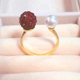 〈人気デザインフォークリング〉スワロフスキー&パールフリーサイズ(送料込み)(リング(指輪))