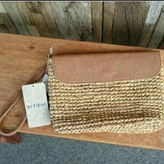アルティプール(artipur)の新品!お洒落な牛革とやシの手編みクラッチBag ナチュラル(クラッチバッグ)