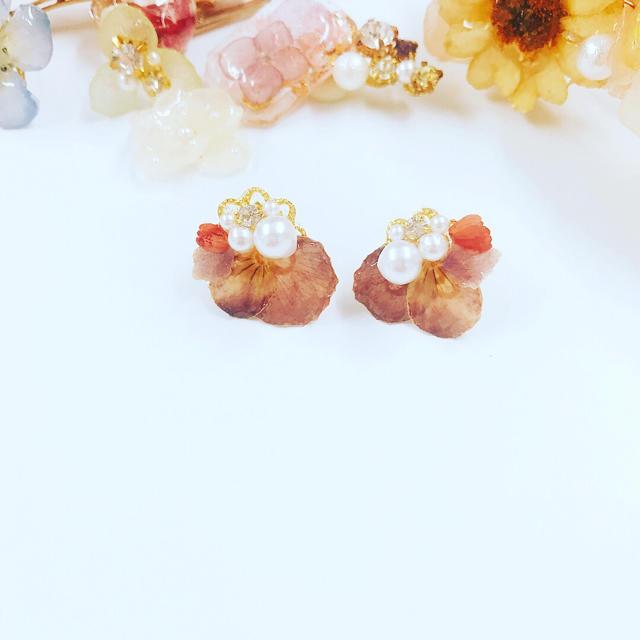 花びらパールピアス ハンドメイドのアクセサリー(ピアス)の商品写真