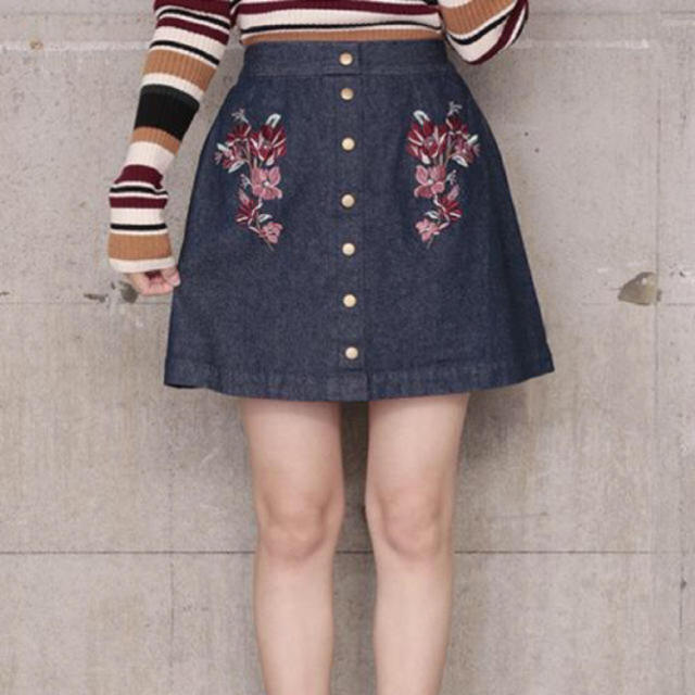 one after another NICE CLAUP(ワンアフターアナザーナイスクラップ)のナイスクラップ 花柄刺繍デニムスカート レディースのスカート(ミニスカート)の商品写真