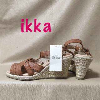 イッカ(ikka)の【新品】定価5292円!イッカ ウェッジサンダル ブラウン キャメル 23.5(サンダル)