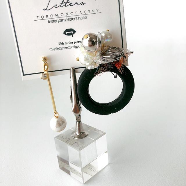 CANDYブラックフープアシンメトリーピアス ハンドメイドのアクセサリー(ピアス)の商品写真