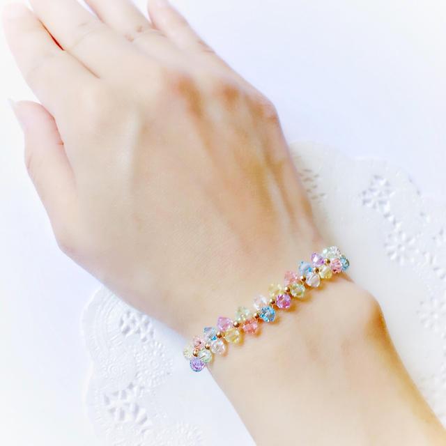 【SWAROVSKI】虹色の花編みブレスレット ハンドメイドのアクセサリー(ブレスレット/バングル)の商品写真
