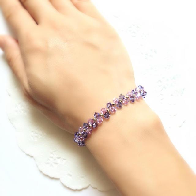 【SWAROVSKI】ラベンダーカラーの花編みブレスレット ハンドメイドのアクセサリー(ブレスレット/バングル)の商品写真