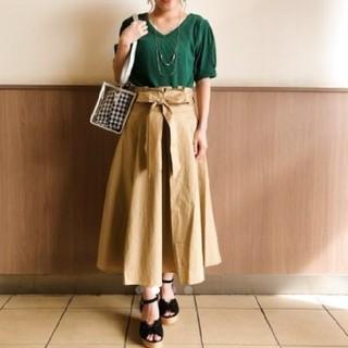 ミスティウーマン(mysty woman)のロングスカート☆ベージュ☆Wリボンタックフレアスカート(ロングスカート)