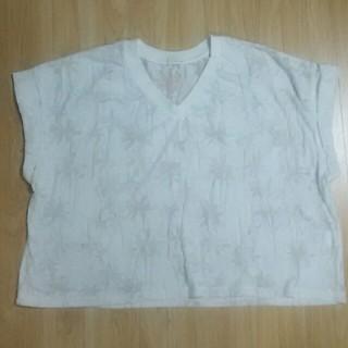 ジーユー(GU)のGU  Vネック Tシャツ  白  ヤシの木柄  Mサイズ(Tシャツ(半袖/袖なし))