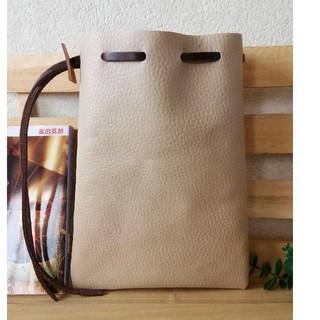 革の巾着袋(サイズ中) ベージュブラウン シンプルDesign (ポーチ)
