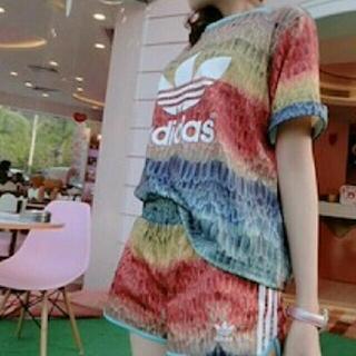 アディダス(adidas)の羽根柄限定Tシャツとショートパンツ セットアップ(セット/コーデ)
