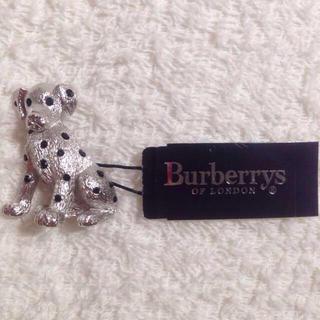 バーバリー(BURBERRY)の犬 ブローチ(ブローチ/コサージュ)