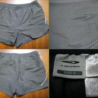ティゴラ(TIGORA)の美品!ティゴラのランニング ショートパンツ サイズM 灰色に水色のライン(ウェア)