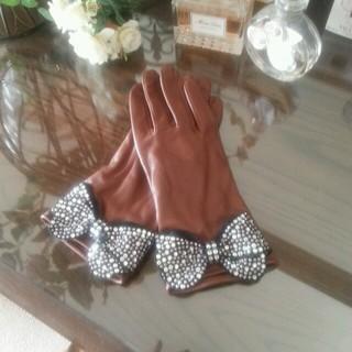 バーニーズニューヨーク(BARNEYS NEW YORK)のビジューつき本革グローブ(手袋)