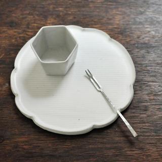 黒木泰等さん:白釉マット 輪花皿