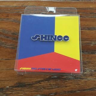 シャイニー(SHINee)のSHINee  ロゴ ピンバッジ 青(アイドルグッズ)