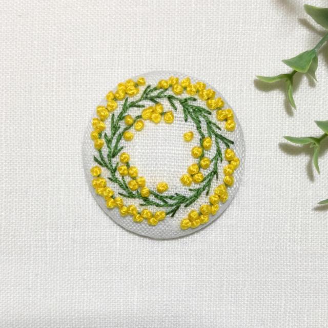 刺繍ブローチ ミモザリース レディースのアクセサリー(ブローチ/コサージュ)の商品写真