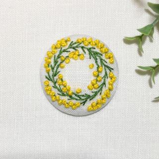 刺繍ブローチ ミモザリース(ブローチ/コサージュ)